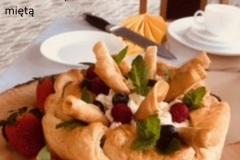 7-Tort-jablczany-na-francuskimciescie-z-ulipkami-i-bita-smietana-dekorowany-owocami-mieta